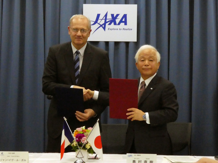 Image (Left) Jean-Yves LE GALL, President of CNES /  Image (Right) Naoki Okumura, President of JAXA, after the signing ceremony