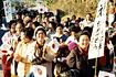 「おおすみ」打上げ成功を祝う内之浦町民の旗行列