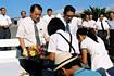 お祝いの花束を受け取る玉木章夫(左)と森大吉郎(内之浦/東京大学鹿児島宇宙空間観測所)