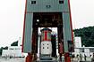 1?2段接手部を組み付け、整備塔へ運ばれるM-V第2段モータ(内之浦/宇宙科学研究所鹿児島宇宙空間観測所)