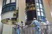 「あかり/ASTRO-F」にノーズフェアリングをかぶせる(JAXA内之浦宇宙空間観測所)
